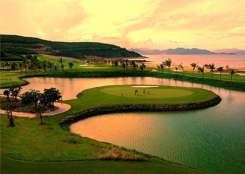Hệ thống sân Golf với tầm nhìn ngoạn mục - vinpearl resort nha trang