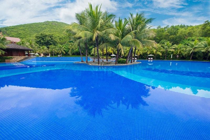 Hồ bơi rộng lớn tại vinpearl nha trang resort