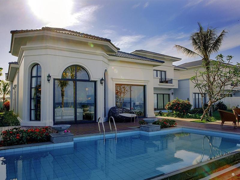 Thiết kế ngoại thất Phòng khách Vinpearl Phú Quốc Villa 2 phòng ngủ hiện đại nhưng không kém phần tinh tế.