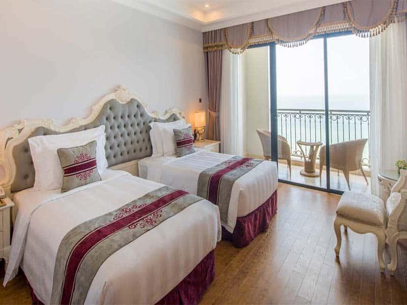 Thiết kế phòng ngủ Vinpearl Phú Quốc Villa 2 tinh tế, với ban công riêng lãng mạn