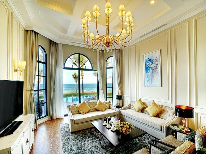 Phòng khách Biệt thự Vinpearl Phú Quốc sang trọng và ngập tràn ánh sáng.