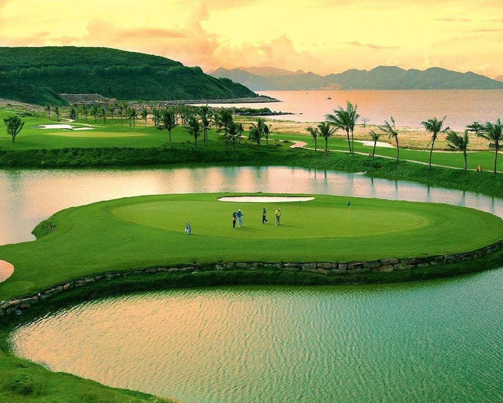 Trải nghiệm sân golf 27 lổ chuẩn quốc tế tại Vinpearl Phú Quốc Villa.