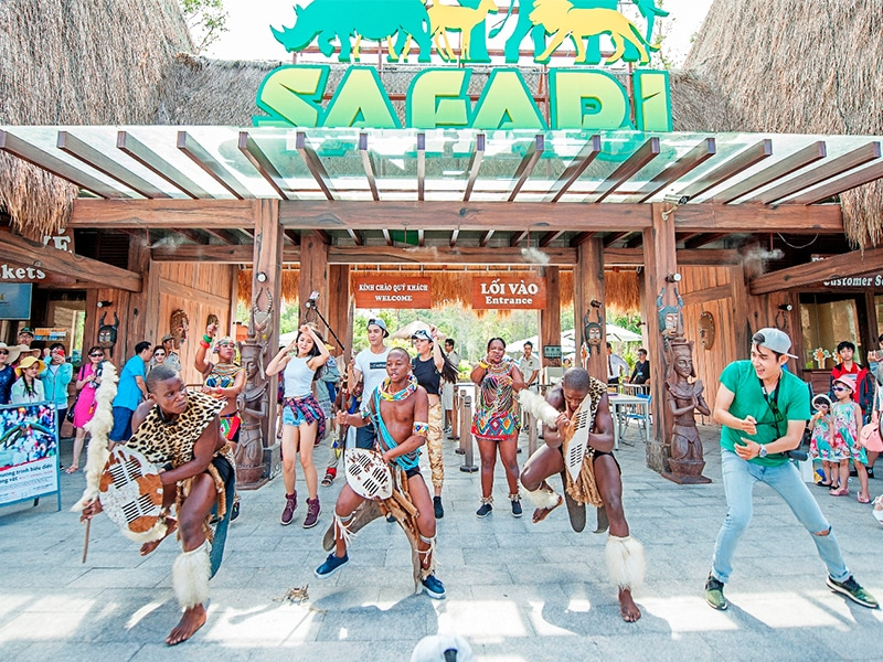 Bên cạnh đó, bạn được free vé Vinpearl Safari khi lưu trú tại Vinpearl Phú QUốc Villa 4 phòng ngủ nữa nhé!