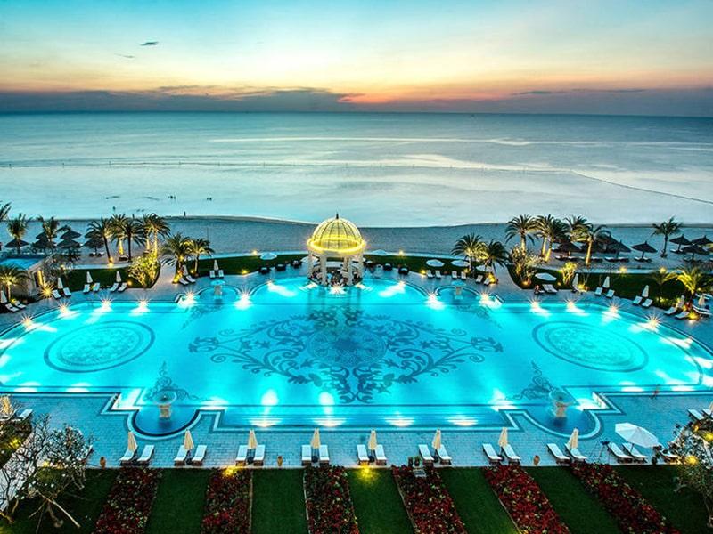 """Trải nghiệm hồ bơi nhân tạo """"cực lớn"""" tại Vinpearl Phú Quốc Villa."""